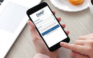 Téléphone mobile ouvert sur l'appli DMP