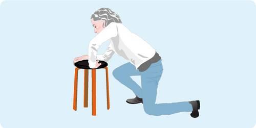 Illustration représentant l'étape 5 pour se relever après une chute: aidez-vous du meuble pour prendre appui et vous relevez grâce à votre jambe la plus forte